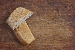 Fette di pane sui precedenti di legno Fotografia Stock Libera da Diritti