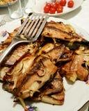 Fette di pesce arrostite di Palamut della sarda alla tavola di cena Immagine Stock Libera da Diritti