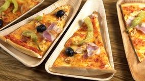 Fette di pizza sui piatti di legno Concetto del partito stock footage
