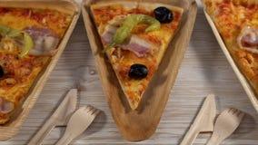 Fette di pizza sui piatti di legno Concetto del partito archivi video