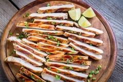 Fette di pollo arrostito in salsa della calce Immagine Stock