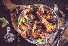 Fette di pollo arrostito sul piatto rustico sopra immagini stock libere da diritti