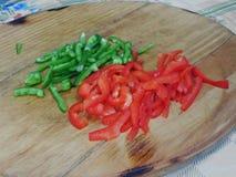 Fette di pomodori e di peperoni dolci verdi Fotografia Stock Libera da Diritti