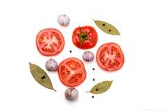 Fette di pomodori, di foglia di alloro, di pepe e di aglio Fotografia Stock Libera da Diritti