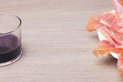 Fette di prosciutto curato della carne di maiale con vino rosso Immagini Stock Libere da Diritti