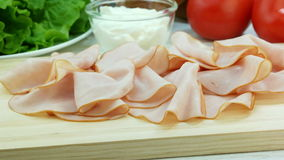 Fette di prosciutto della carne di maiale sul bordo di legno, producenti panino, ingredienti sul fondo stock footage