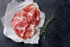 Fette di prosciutto di Parma su carta Fotografie Stock