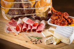 Fette di prosciutto Fette di carne Generi differenti di carne su di legno Immagine Stock
