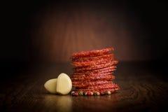 Fette di salame su una tavola di legno Fotografia Stock Libera da Diritti