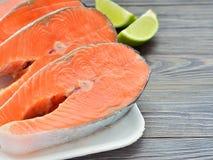 Fette di salmone fresco su un piatto Fotografia Stock