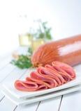 Fette di salsiccia affumicata fotografia stock libera da diritti