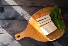 Fette di tofu e di spinaci crudi Fotografie Stock Libere da Diritti