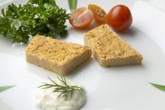 Fette di torta del pesce su un piatto con insalata Fotografia Stock