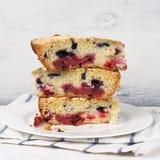 Fette di torta della frutta sul piatto immagine stock libera da diritti