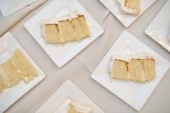 Fette di torta nunziale gialla. Fotografie Stock Libere da Diritti