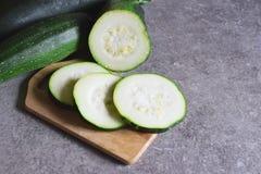 Fette di zucchini sulla tavola fotografia stock