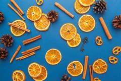 Fette e cannella arancio secche su fondo blu Fotografia Stock