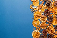 Fette e cannella arancio secche su fondo blu Spazio per la t Fotografia Stock