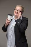 Fette Frau des Geschäfts in einer Klage mit einem ledernen Aktenkoffer und einem docume stockfoto