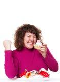 Fette Frau, die Gebäck mit Vergnügen isst Lizenzfreies Stockfoto