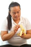 Fette Frau mit Banane Stockbild