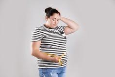 Fette Frau mit messendem Band stockbild