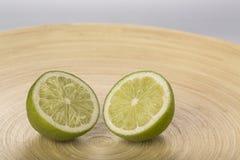 Fette fresche della calce sul piatto di legno Immagine Stock