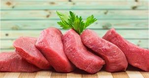 Fette fresche della carne cruda sul fondo della tavola Fotografia Stock Libera da Diritti