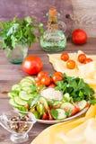 Fette fresche di cetrioli, pomodori, semi di sesamo in una ciotola Immagine Stock