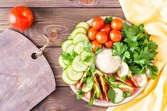 Fette fresche di cetrioli, pomodori, semi di sesamo in una ciotola Fotografie Stock Libere da Diritti