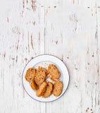 Fette fresche di intero pane nero su un piatto bianco su briciolo rustico Fotografia Stock Libera da Diritti