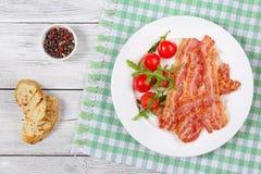 Fette fritte croccanti del bacon sul piatto fotografia stock libera da diritti