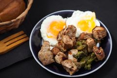 Fette fritte del manzo su un piatto con l'uovo fritto concetto di ricetta del ristorante del menu fotografia stock