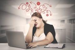 Fette Geschäftsfrau, die unordentlichen Gedanken hat stockfoto