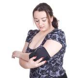 Fette junge Frau im medizinischen Verband Stockfoto