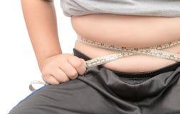 Fette Kinderkontrolle heraus sein Körperfett mit messendem Band Lizenzfreies Stockfoto