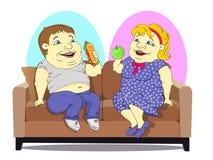 Fette Leute auf der Couch Lizenzfreie Stockbilder