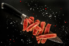 Fette rare medie della bistecca su un coltello Fotografie Stock
