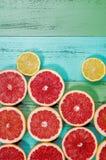 Fette rosse fresche del pompelmo sulla tavola Immagine Stock Libera da Diritti