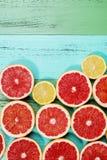 Fette rosse fresche del pompelmo sulla tavola Fotografia Stock Libera da Diritti