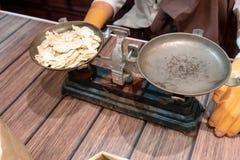 Fette secche artificiali del ginseng in metallo antico che pesa la pentola dell'equilibrio fotografia stock libera da diritti