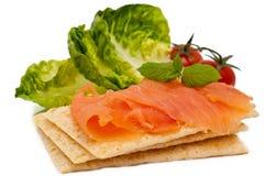 Fette sottili di salmoni affumicati su un pane croccante Fotografie Stock Libere da Diritti