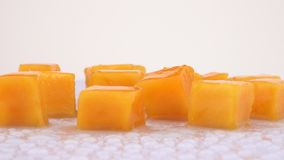 Fette succose della frutta del mango che girano sulla piattaforma girevole Isolato su priorità bassa bianca Loopable Chiuda sulla archivi video