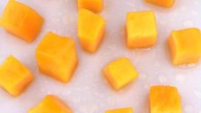 Fette succose della frutta del mango che girano sulla piattaforma girevole Isolato su priorità bassa bianca Loopable Chiuda sulla video d archivio