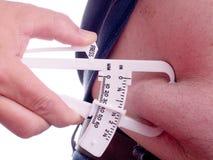 Fette Tasterzirkel, die Bauch-Fett messen stockfotografie