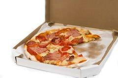 Fette in una scatola, pomodori, formaggio, carne della pizza Immagine Stock