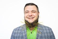 Fetter bärtiger Mann fest in seinen Bartspaghettis Lizenzfreies Stockbild