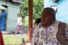 Fetter Fijianmann, der aus den Grund in Fidschi sitzt lizenzfreies stockfoto