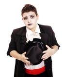 Fetter Jugendlicher gekleidet als Vampir für Halloween Stockbilder
