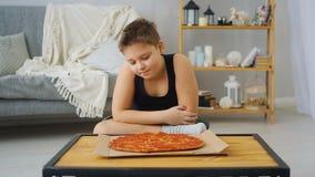 Fetter Junge, der Pizza isst stock video footage